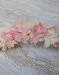 Tocado con peineta de flores de hortensias preservadas rosa y marfil 3